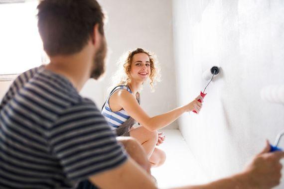 Gemeinsam An Den Schönheitsreparaturen Zu Arbeiten, Steigert Die Vorfreude  Auf Das Neue Zuhause. Foto: Djd/thx