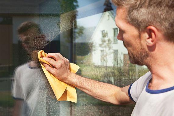 7 tipps f rs fenster putzen ohne streifen zu hinterlassen ratgeberzentrale. Black Bedroom Furniture Sets. Home Design Ideas