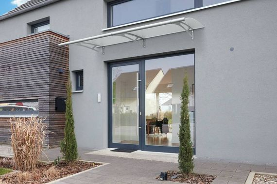 vordach an der haust r 5 tipps f r den schutz bei wind und wetter ratgeberzentrale. Black Bedroom Furniture Sets. Home Design Ideas