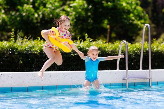 Nicht Nur Kinder Lieben Den Beherzten Sprung Ins Kühle Nass. Einen Pool Zu  Bauen, Wertet Jeden Garten Auf. Foto: Djd/bsw/clipdealer
