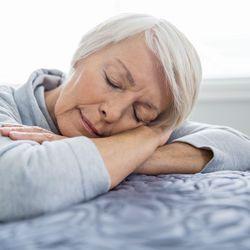 schlaflosigkeit 6 tipps f r einen entspannten schlaf im alter ratgeberzentrale. Black Bedroom Furniture Sets. Home Design Ideas